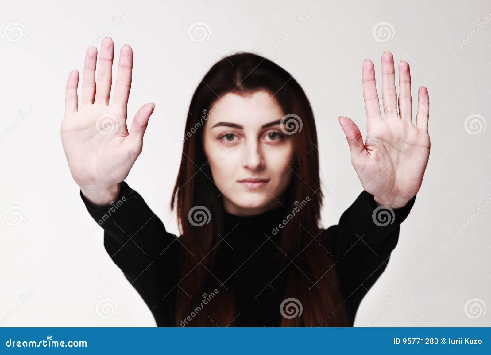 A parada da exibição da menina entrega a linguagem corporal do gesto do sinal, gestos, p