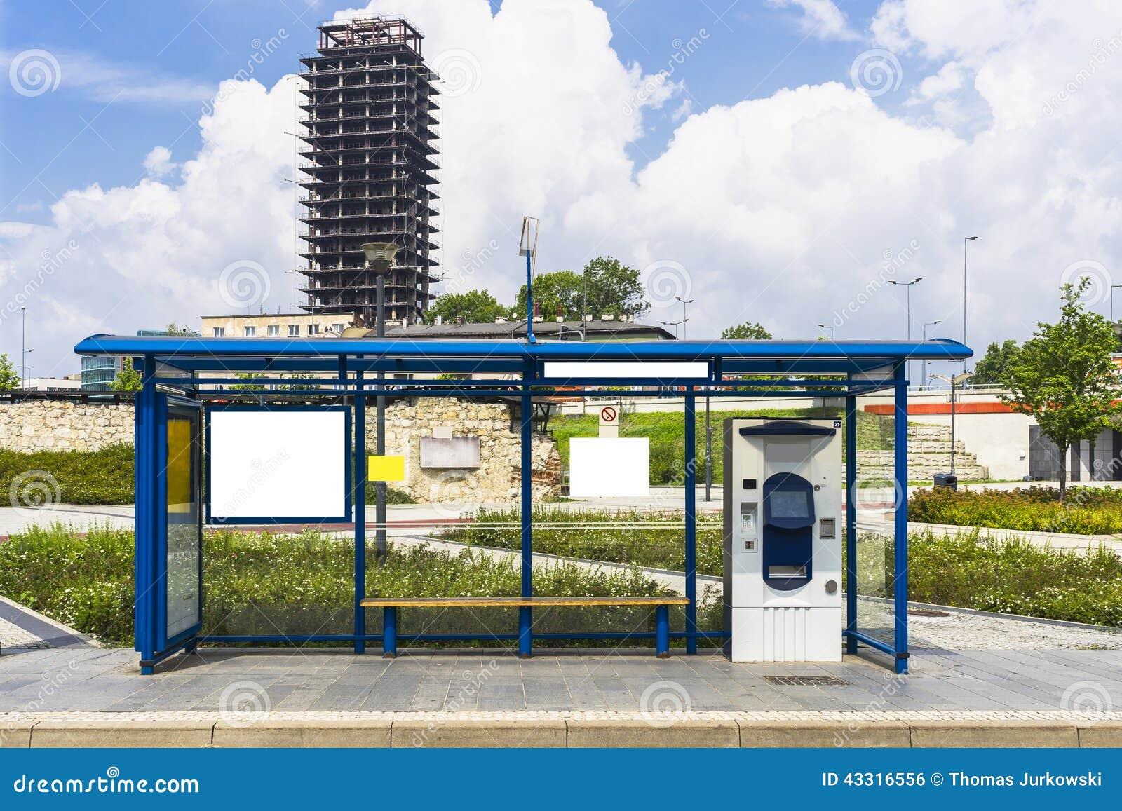 Parada de autobús con una cartelera