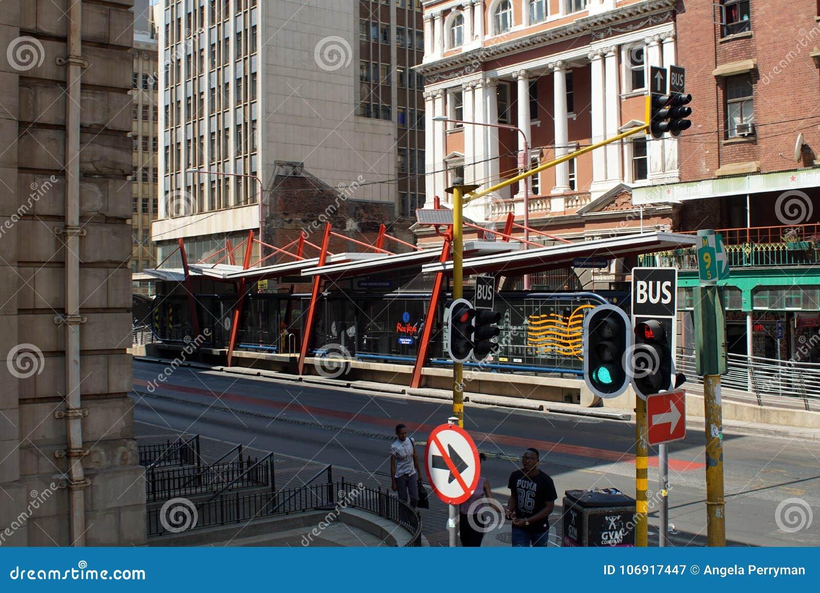 Parada de autobús en el distrito financiero central, Johannesburgo, Suráfrica