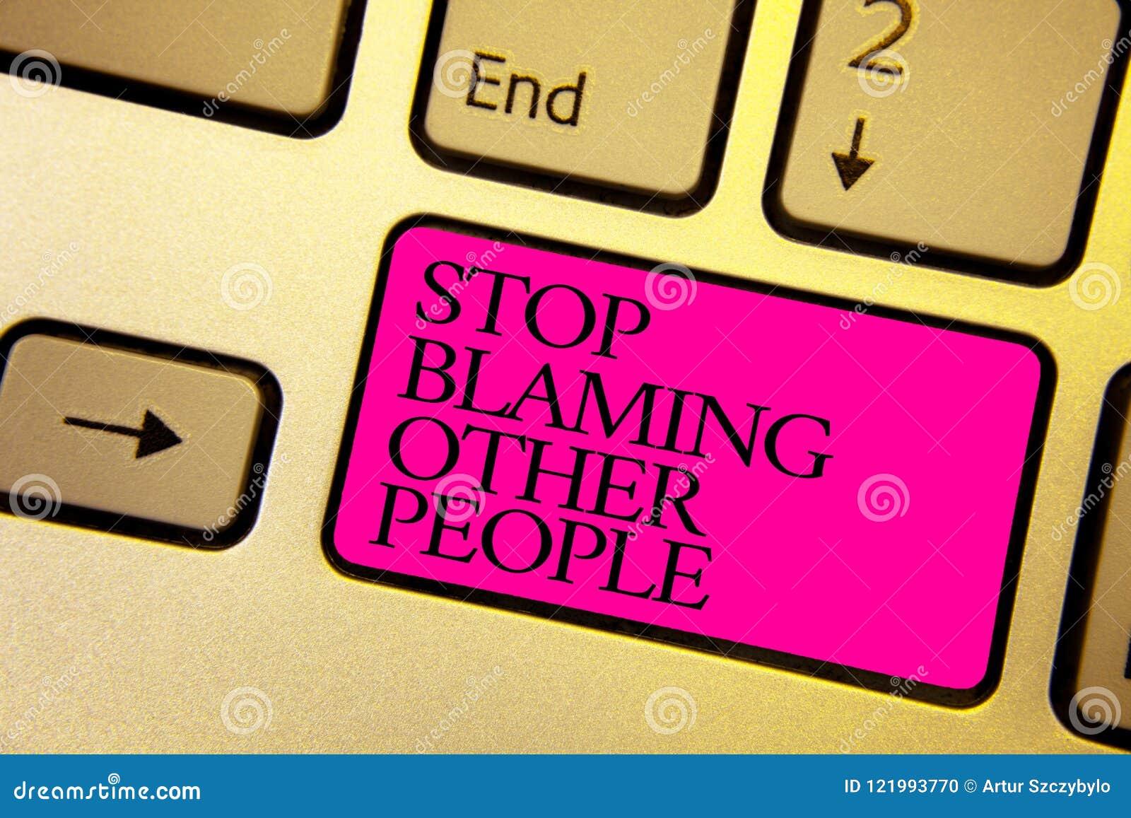 Parada del texto de la escritura de la palabra que culpa a otras personas El concepto del negocio para no hace que las excusas as