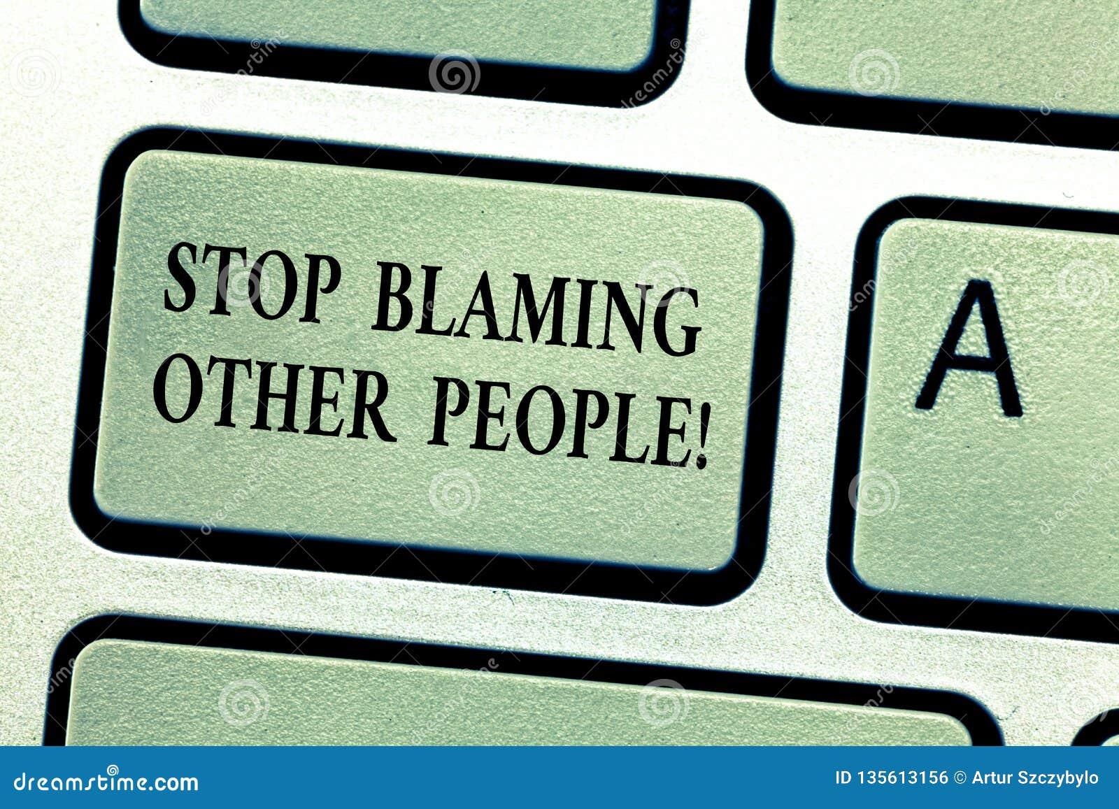Parada del texto de la escritura que culpa a otras personas El significado del concepto no hace que las excusas asumen su llave d