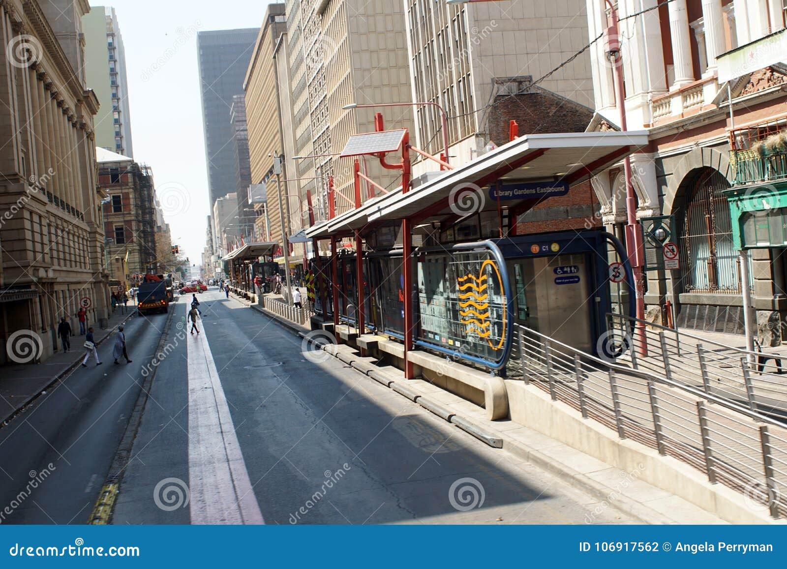 Parada do ônibus no distrito financeiro central, Joanesburgo, África do Sul