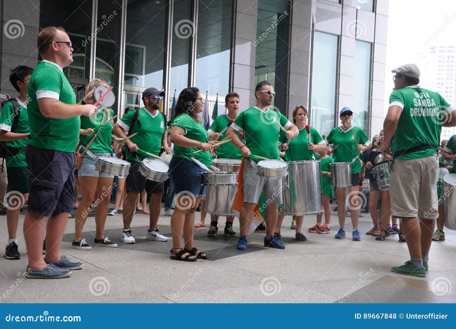 Parada do dia do ` s de St Patrick que rufa participantes