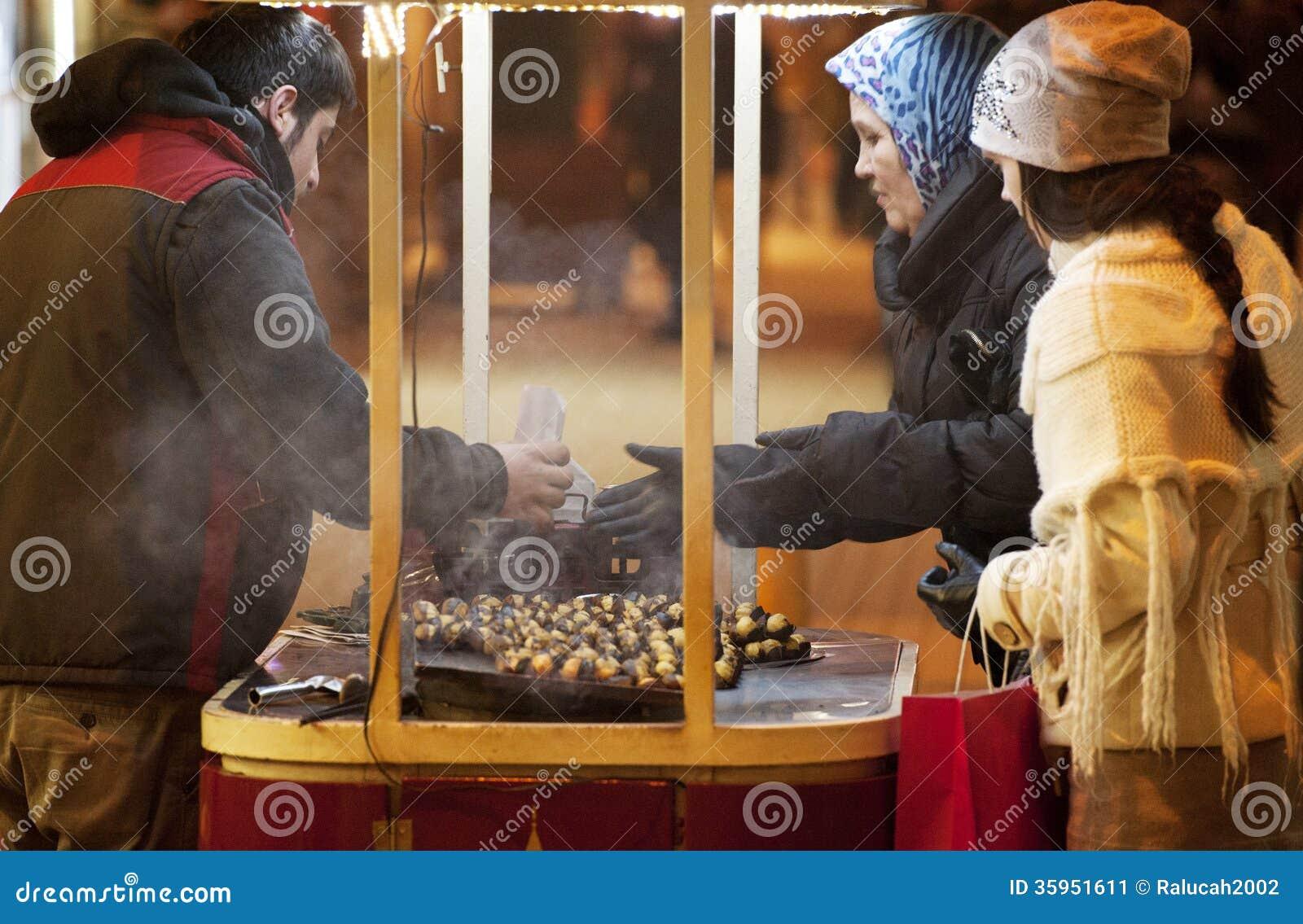 Parada móvil del kestane (castañas) en el pavo de Estambul del cuadrado del taksim