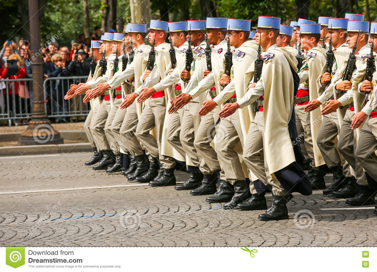 Parada militar (desfile) durante o ceremonial do dia nacional francês, avenida de Elysee dos campeões