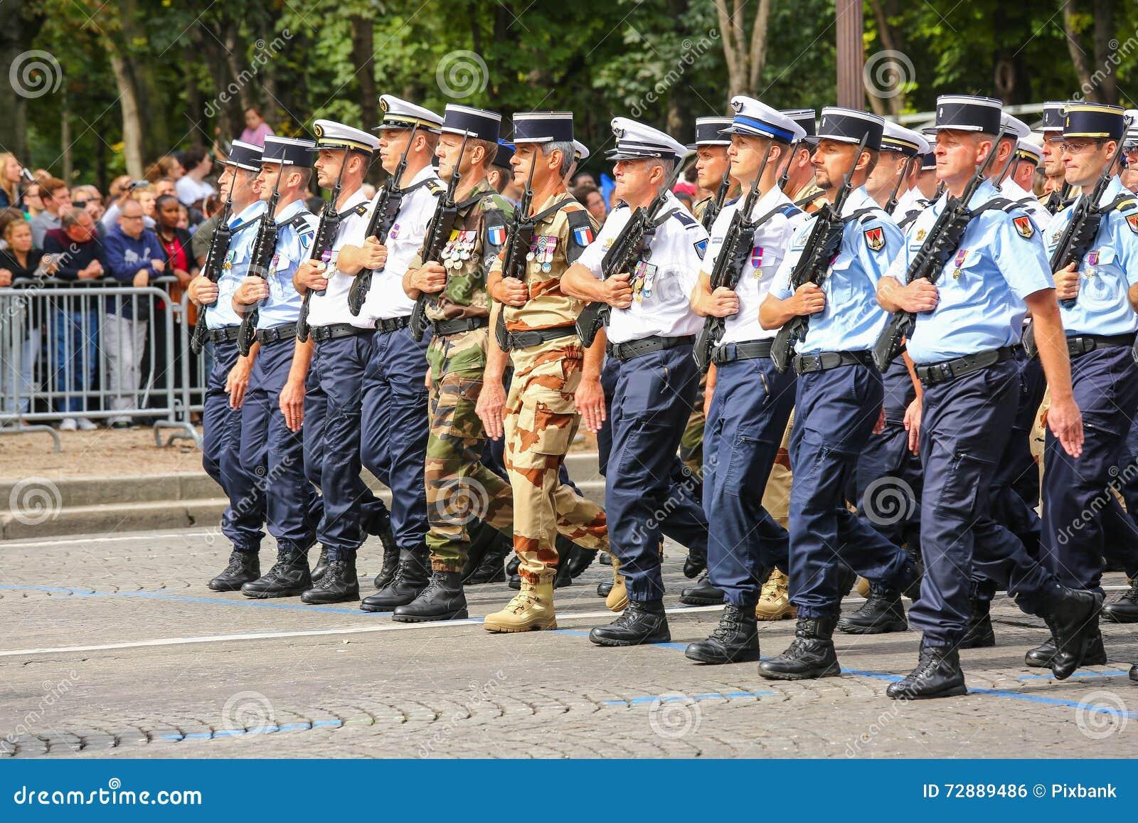 Parada militar do Gendarmerie nacional (desfile) durante o ceremonial do dia nacional francês, homem poderoso