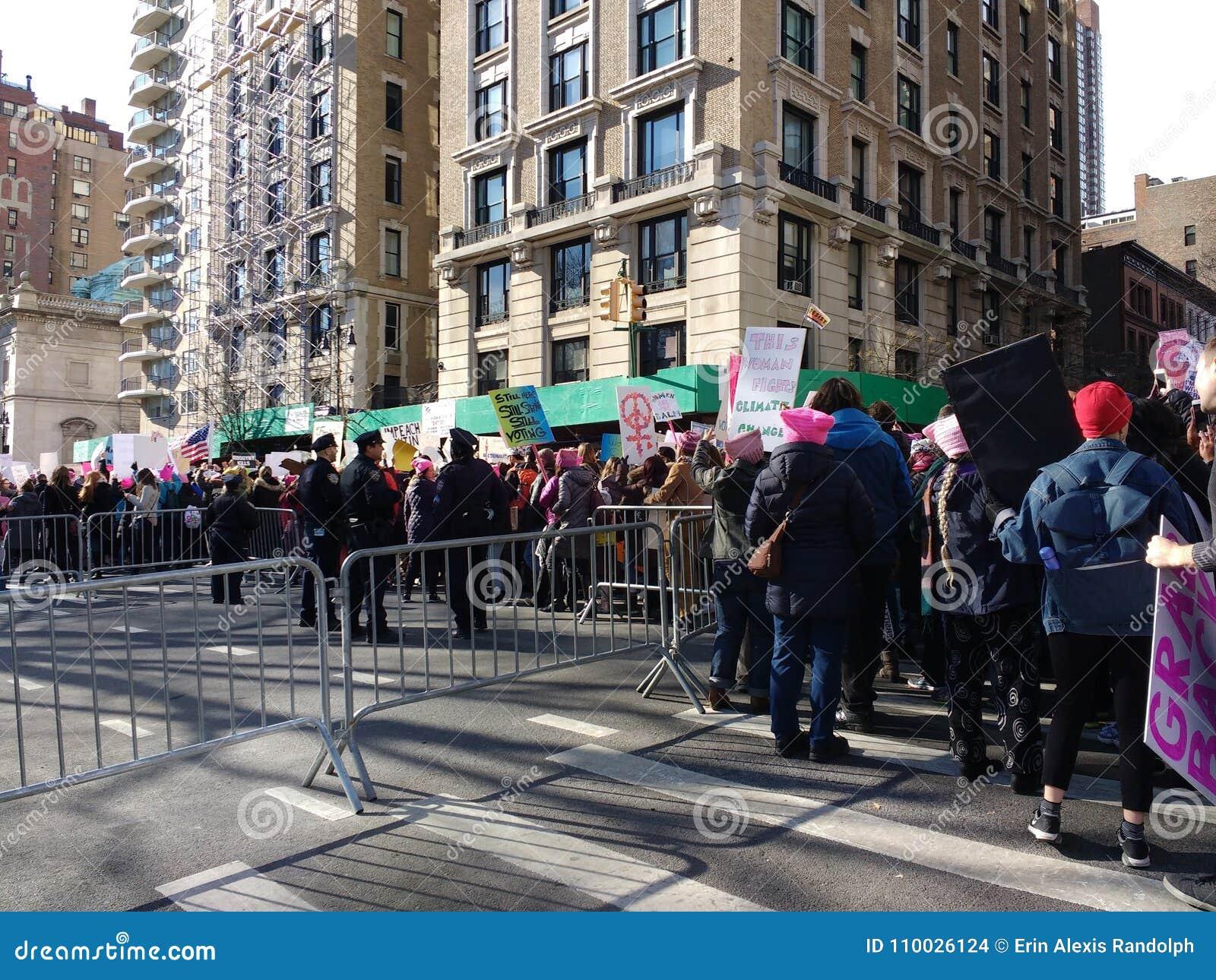 Paraderend onderaan het Central Parkwesten, Vrouwen ` s Maart, NYC, NY, de V.S.