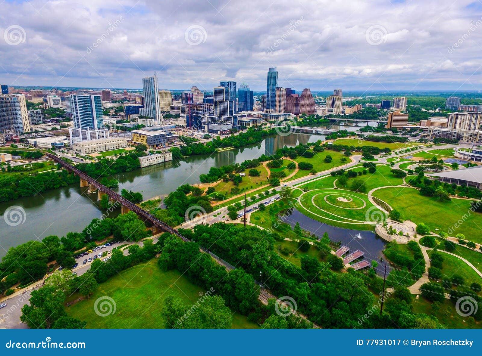 Paradis vert grand-angulaire au-dessus de vue moderne d horizon de Butler Park Capital City d Austin Texas