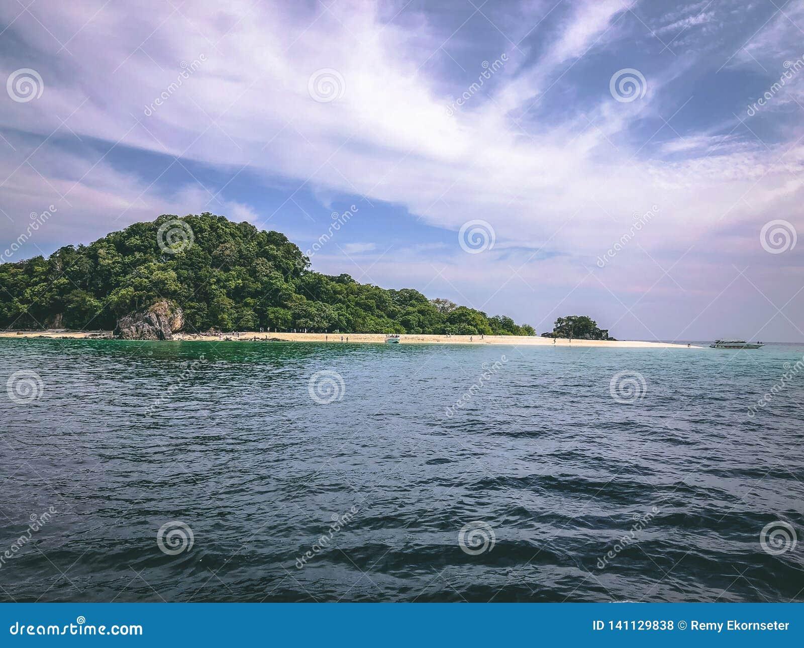 Paradise-Insel Crystal Clear Sea, blau, Palmen, auf fyre