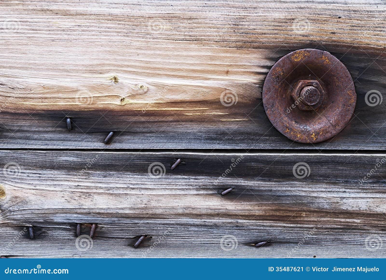 Parafuso oxidado que prende o protetor de madeira