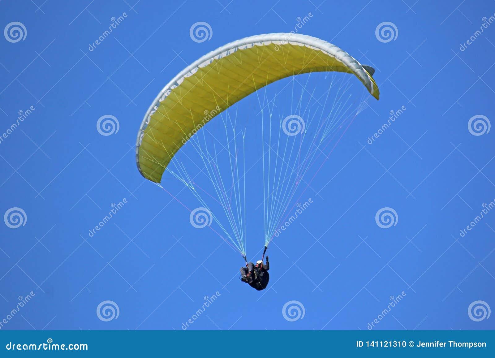 Paraglider koloru żółtego latający skrzydło