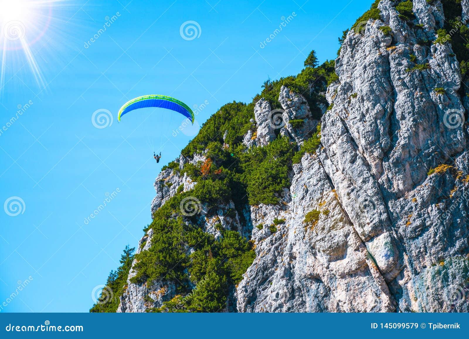 Paraglider lata niebezpiecznie blisko do halnych szczyty na pogodnym jesie? dniu