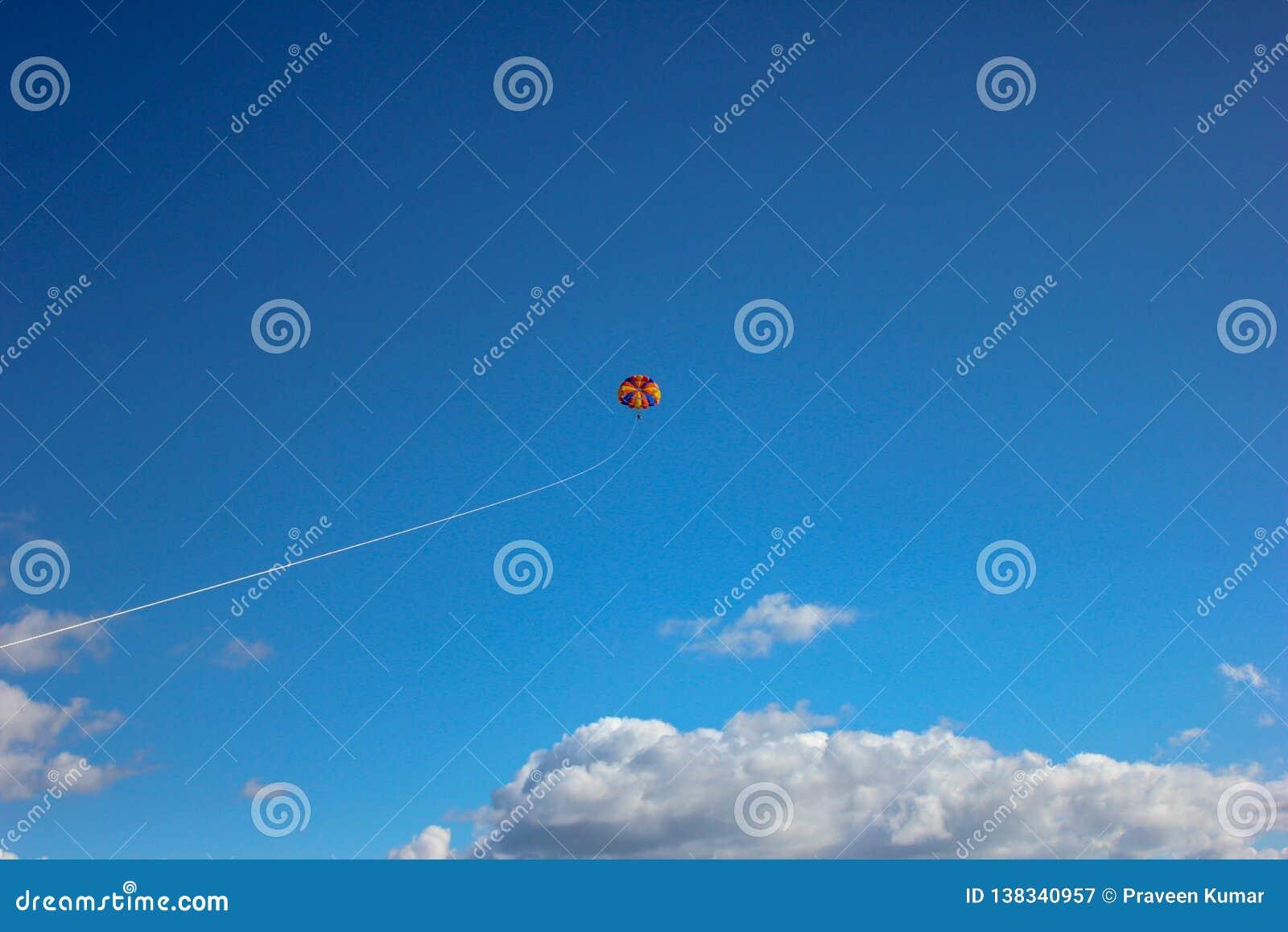 Paragliding w jasnym niebieskim niebie