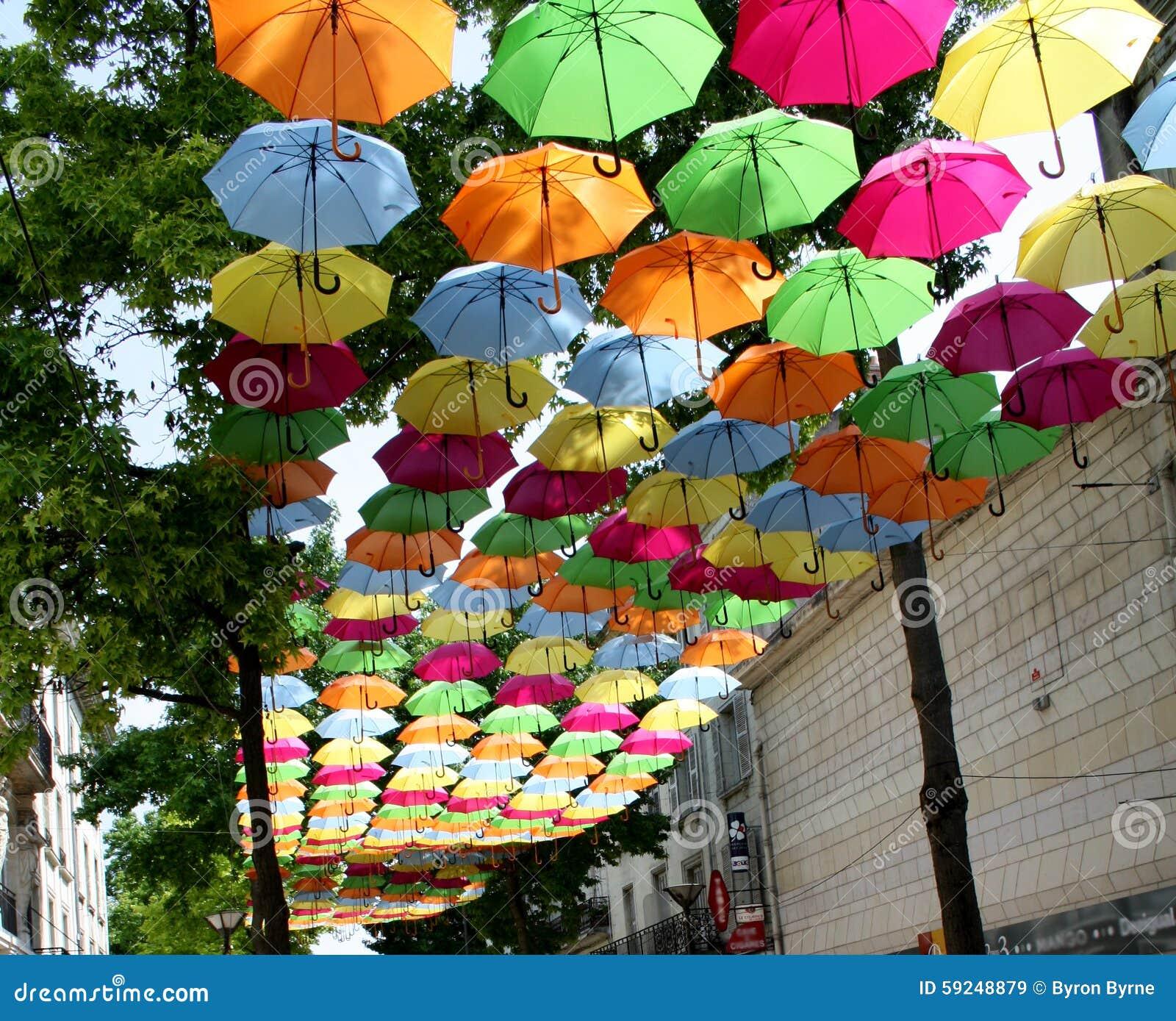 Paraguas en el aire abajo de una calle en Francia