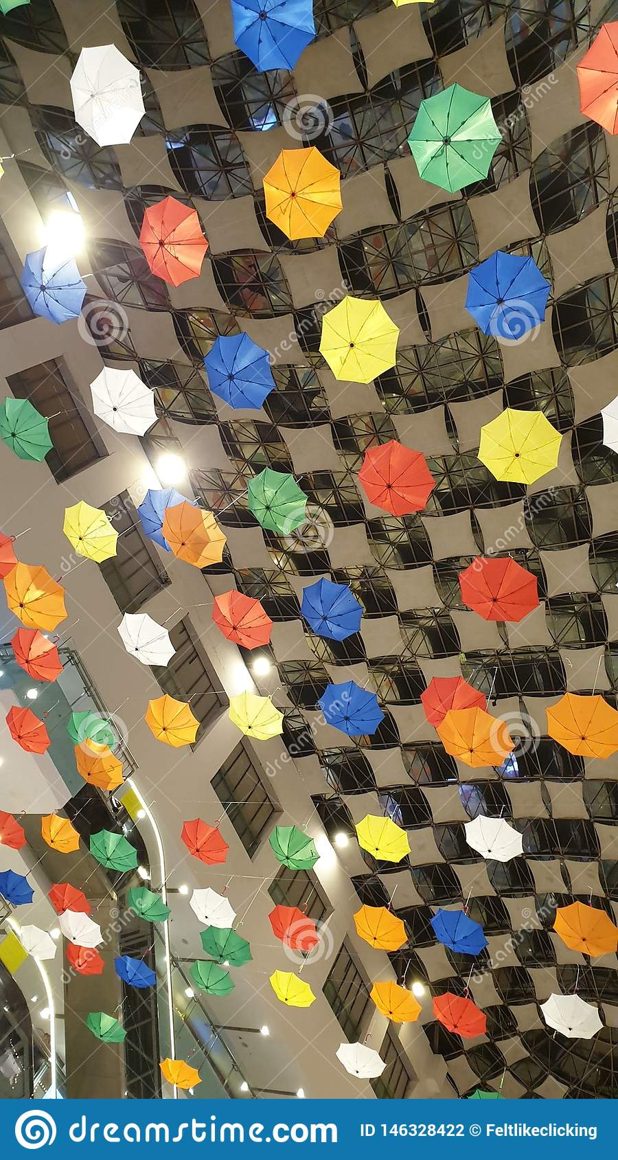 Paraguas invertidos para arriba en el techo