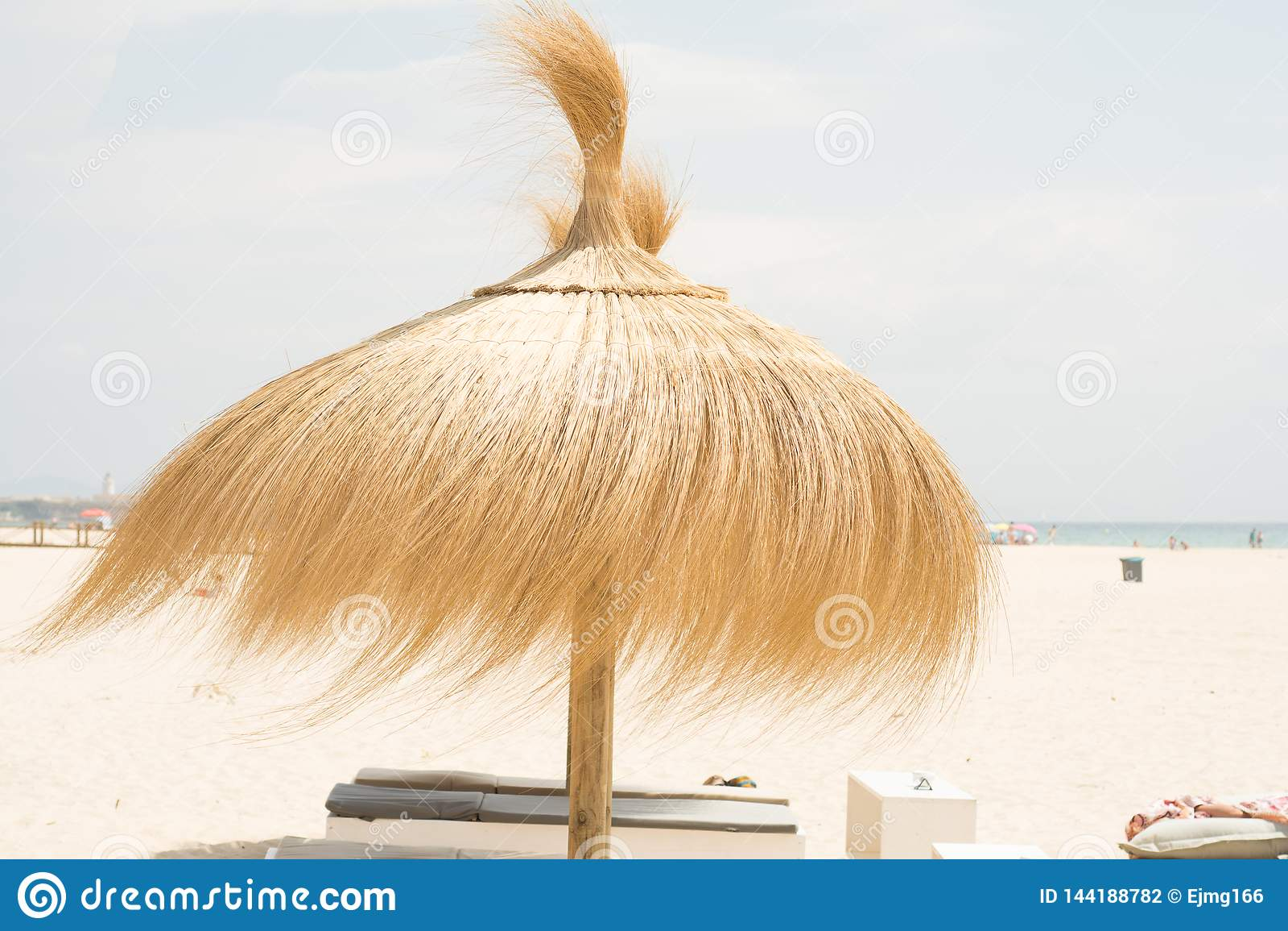 Paraguas para la sombra en la playa en día ventoso