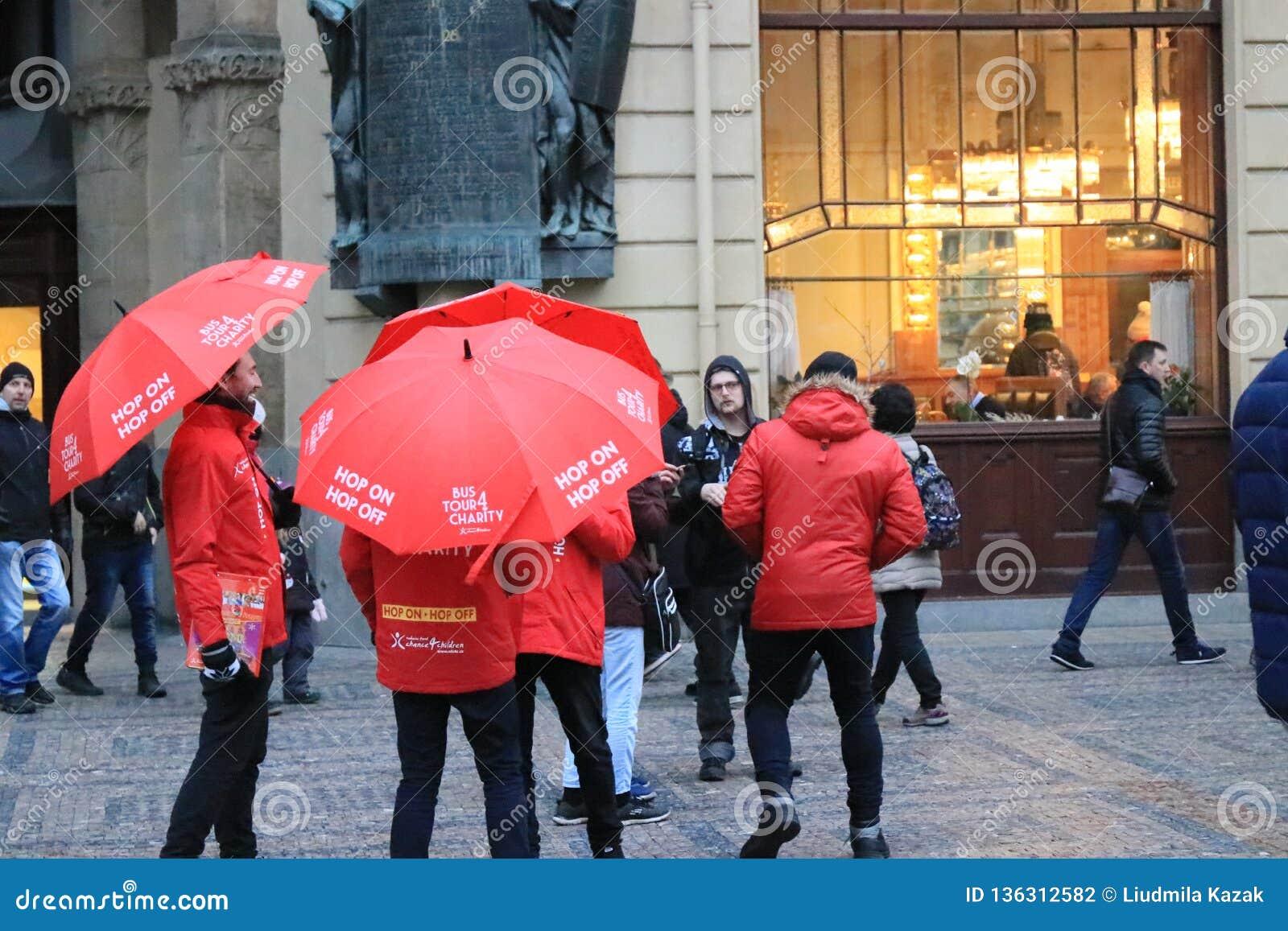 Paraguas rojos en las calles de Praga