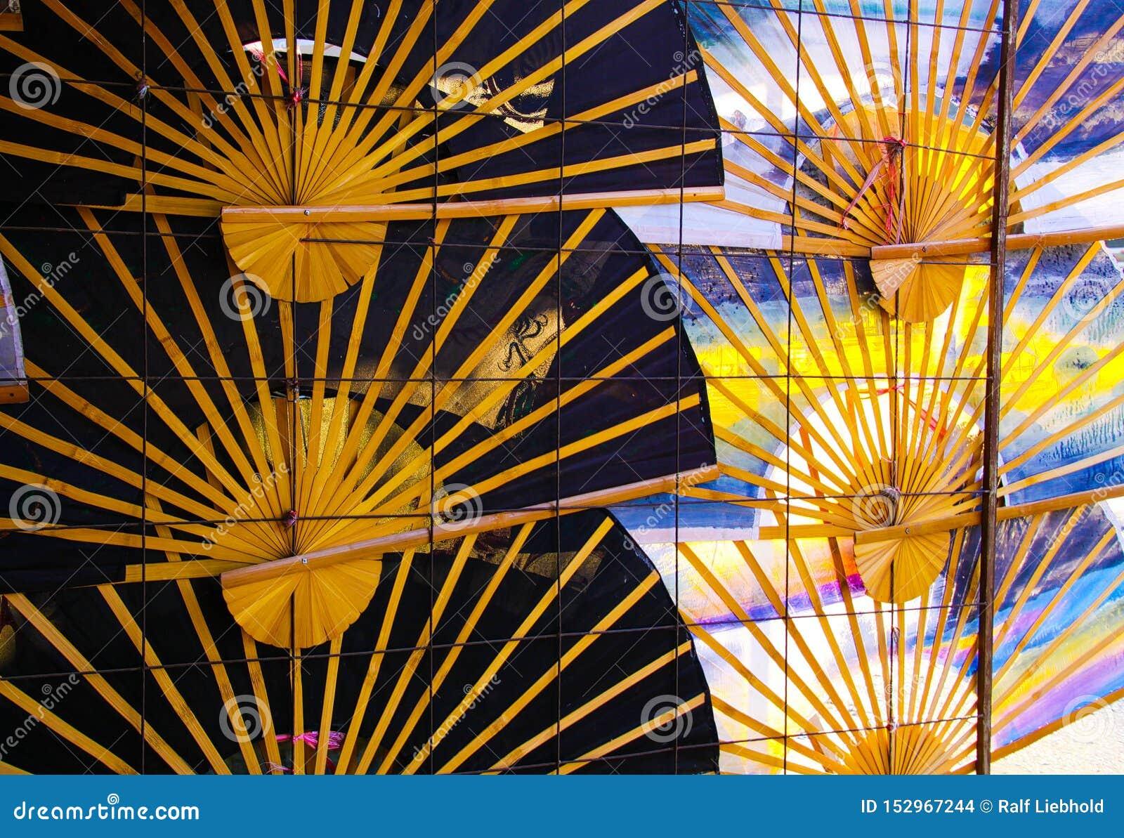 Paraguas tradicionales de las fans de la mano en fila en la pared - Chiang Mai, Tailandia