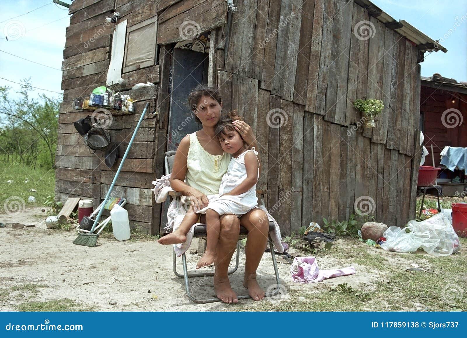 Paraguayische Mutter und Kind leben in der großen Armut