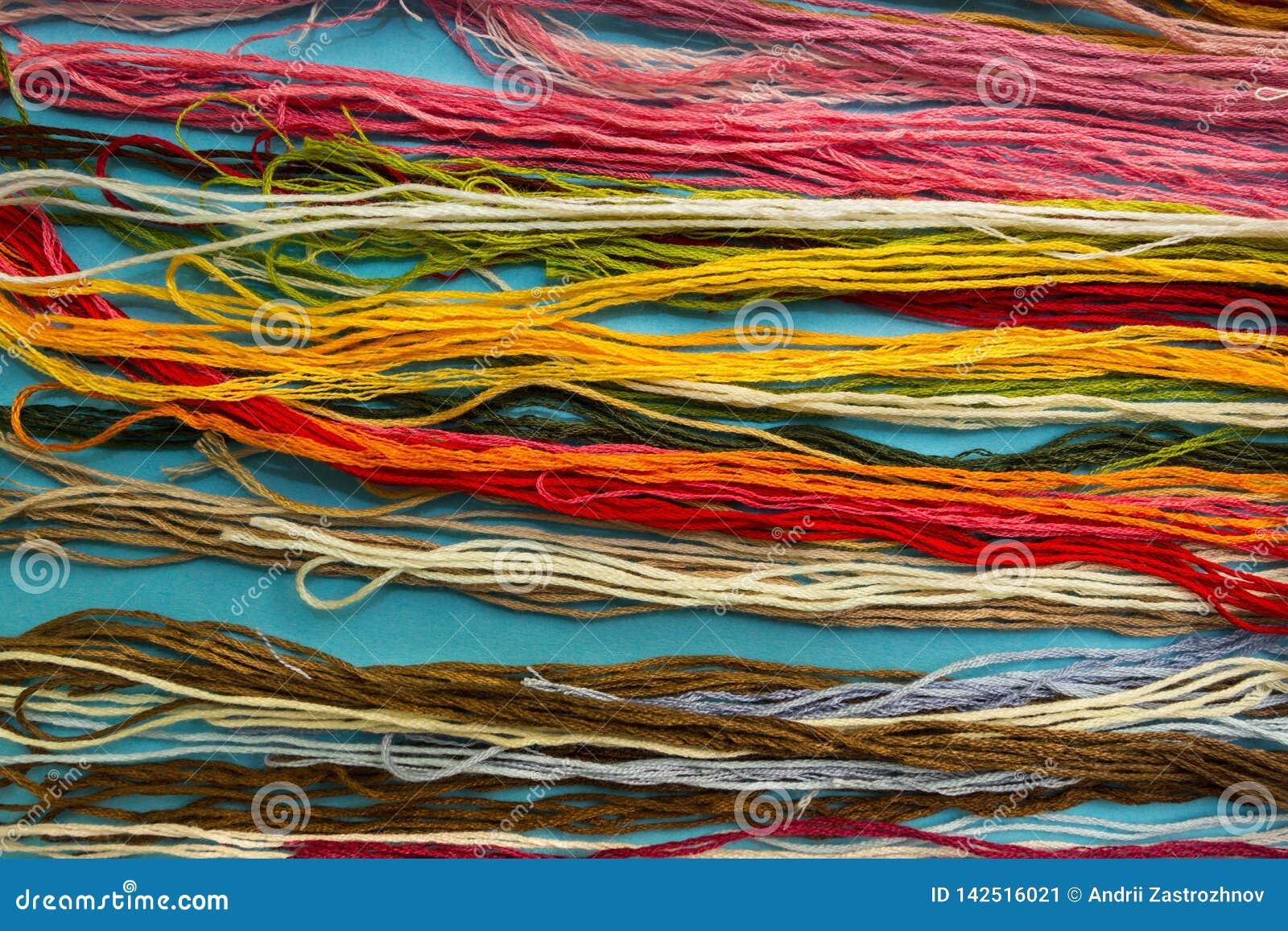 Parallell färgrik bakgrund för bomullsbroderifloss, trådar för visarhantverkslut upp