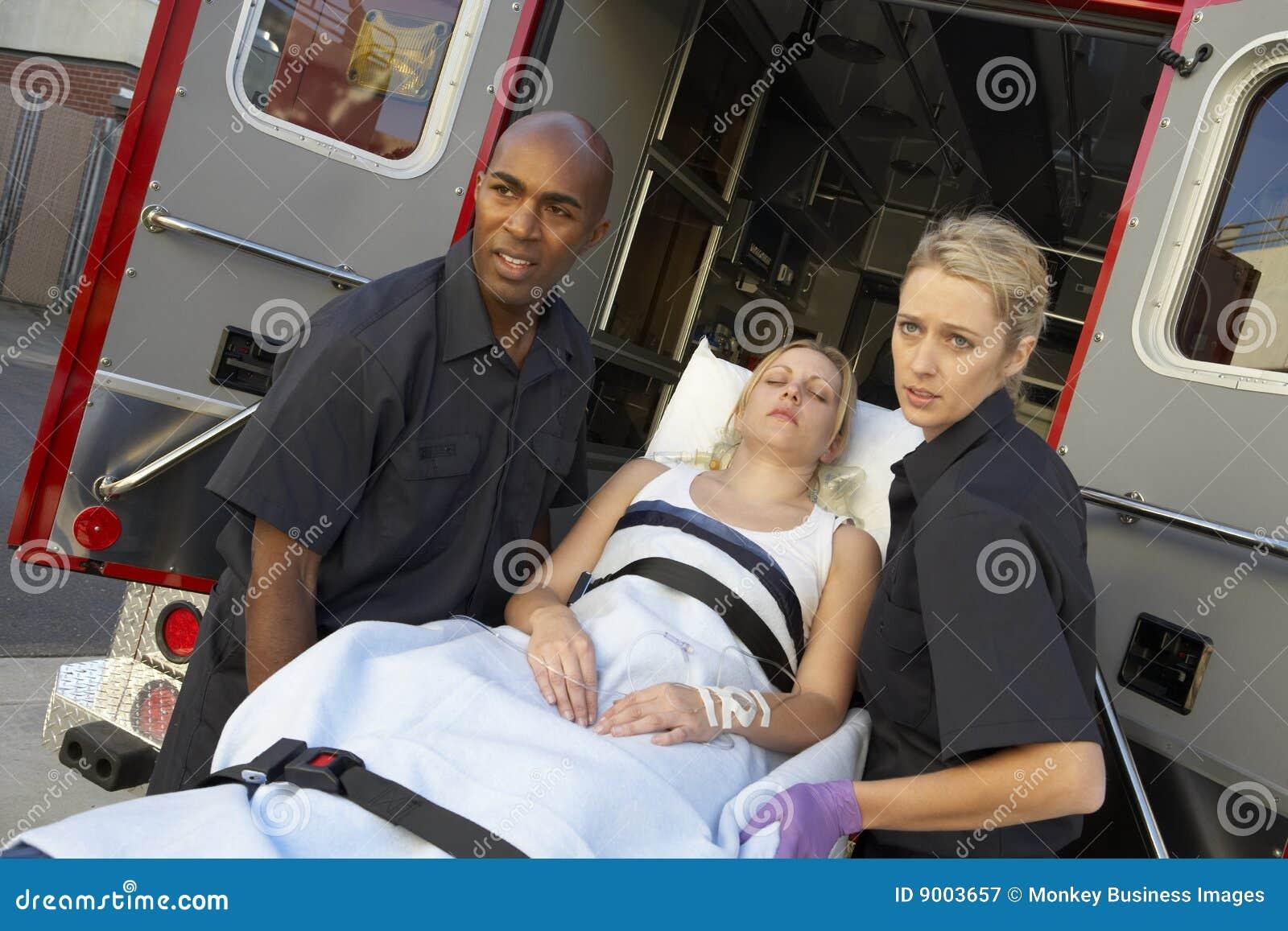 Paramédico que prepara-se para descarregar o paciente
