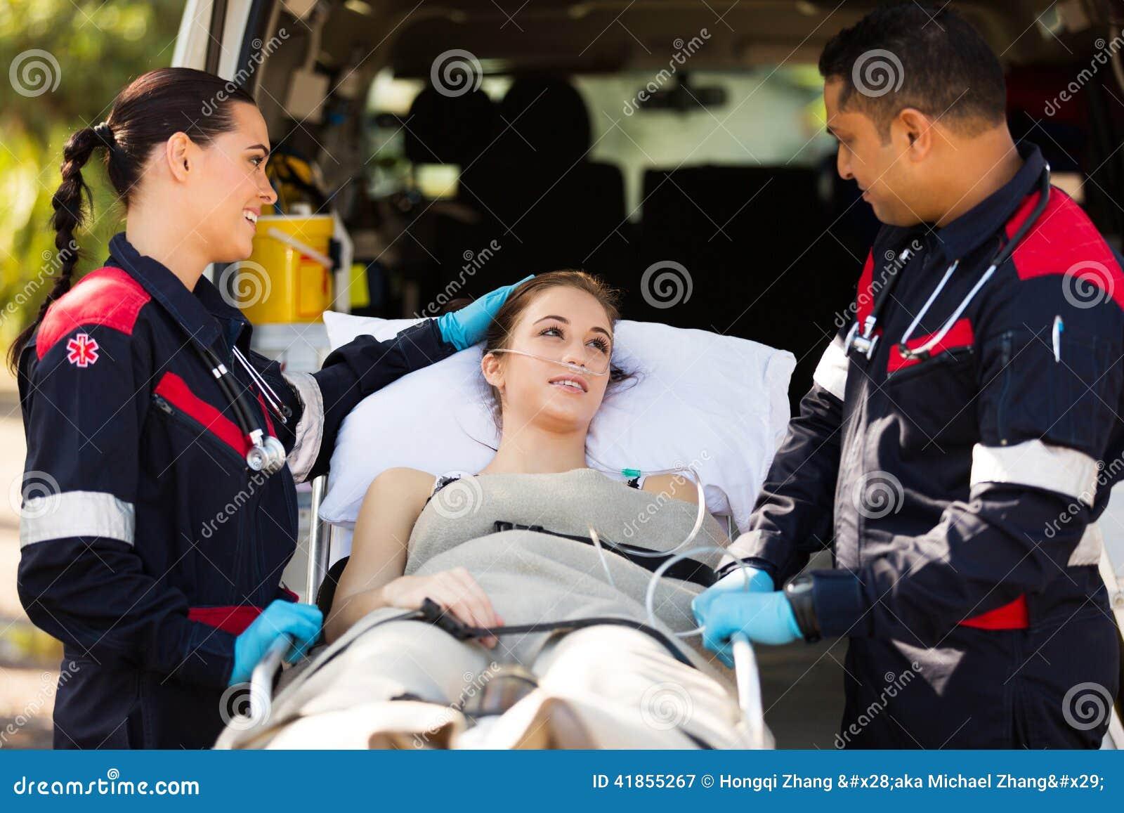 Paramedico che conforta paziente
