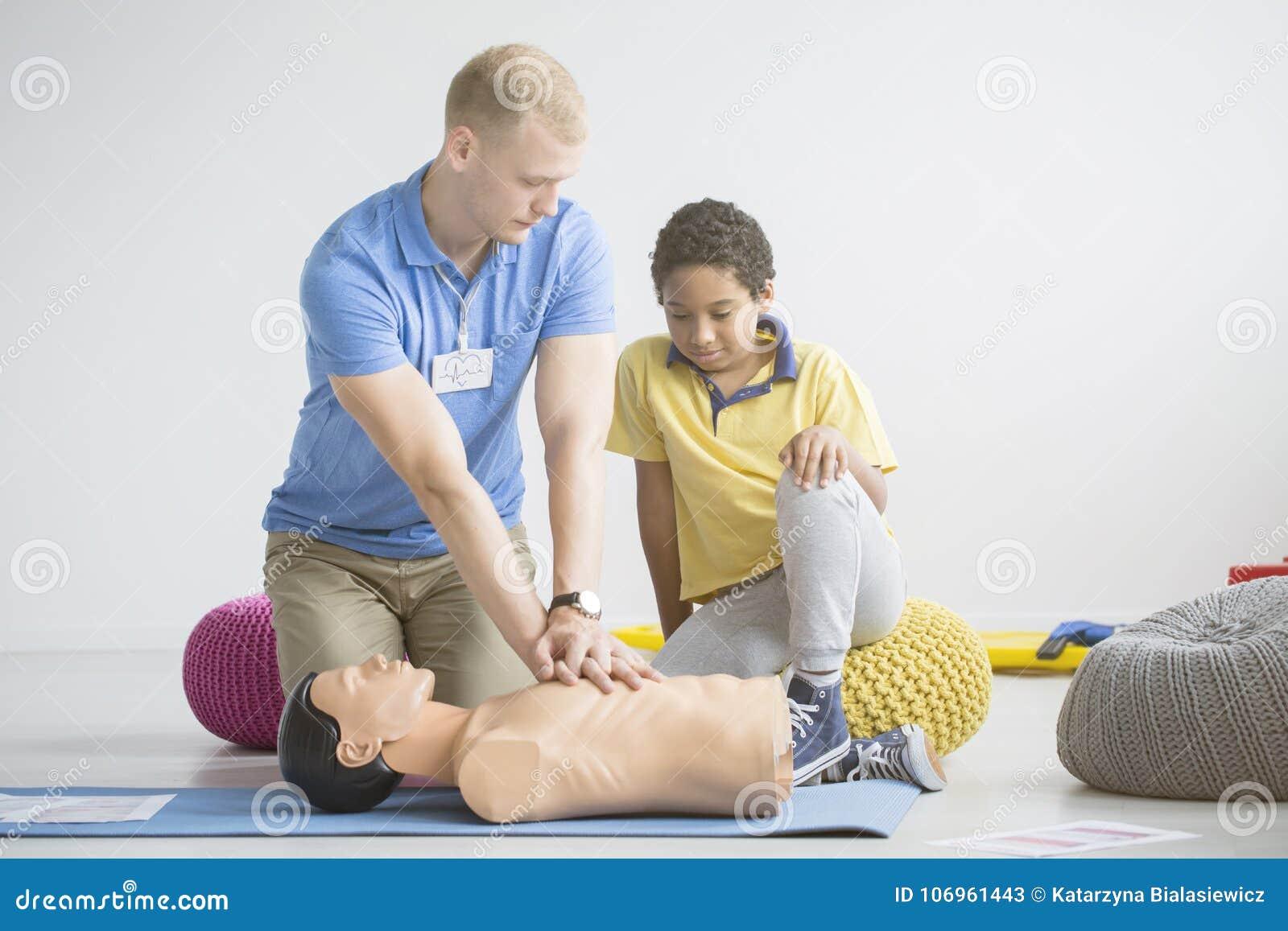 Paramedicus die eerste hulpoefeningen tonen