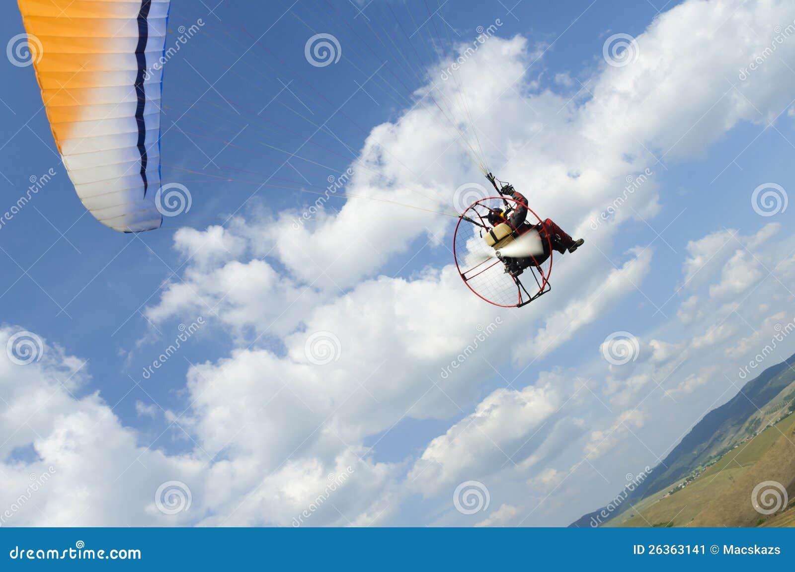 Paramotor auf blauem Himmel