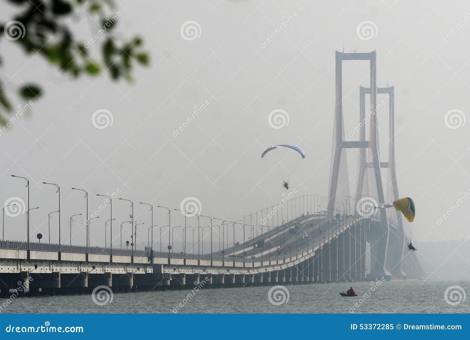 Paramotors en el puente de Suramadu