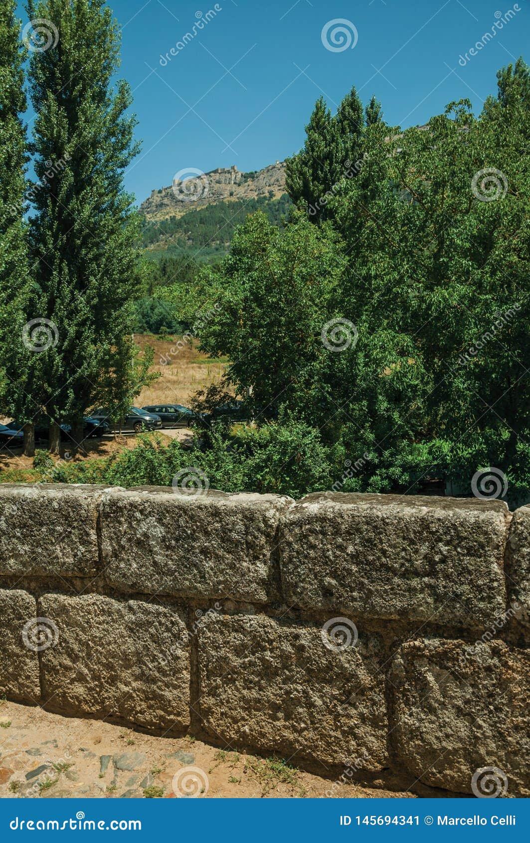 Parapeito de pedra da ponte romana em Portagem