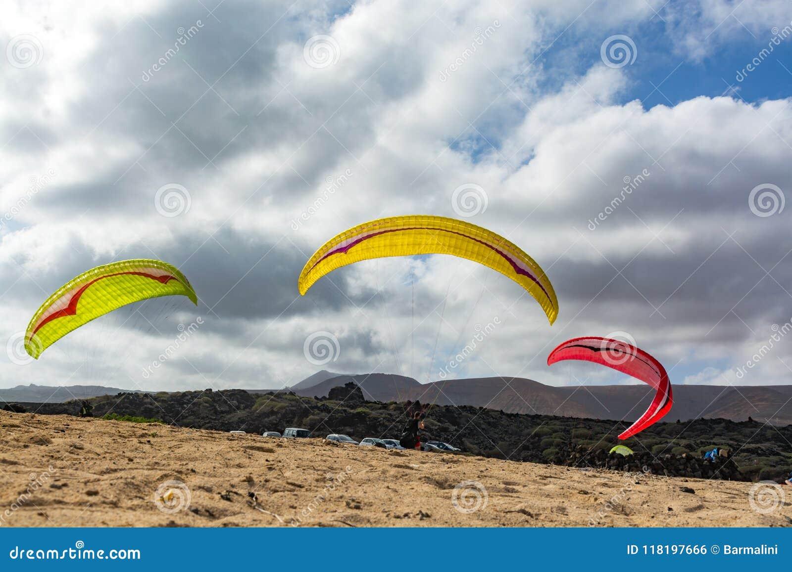 Paraplaners com paraplanes no Sandy Beach, esporte extremo