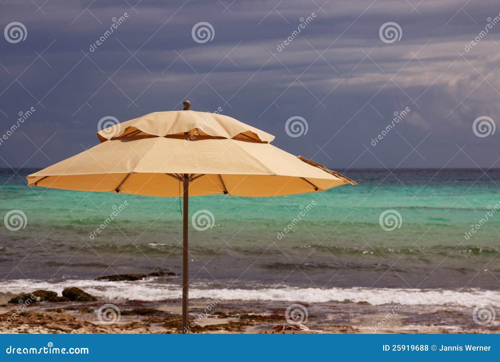 Paraplu bij Caraïbisch Strand