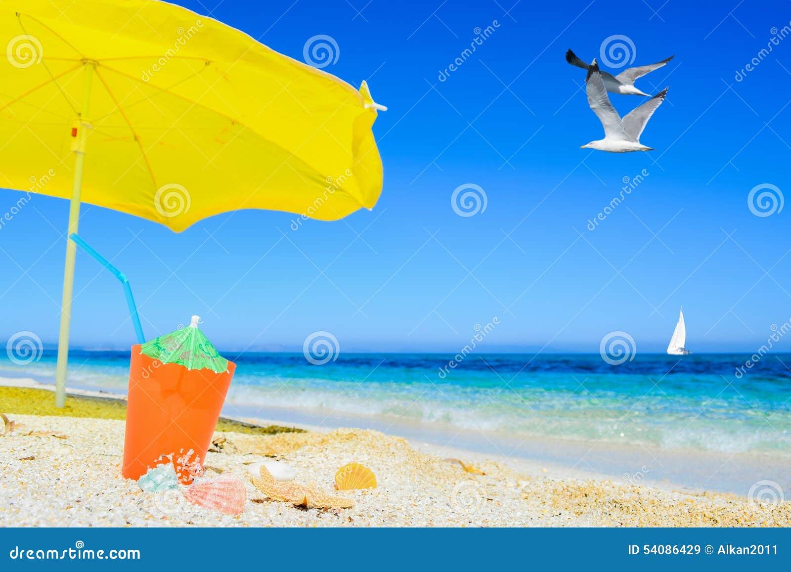 Paraplu en cocktail onder vliegende meeuw