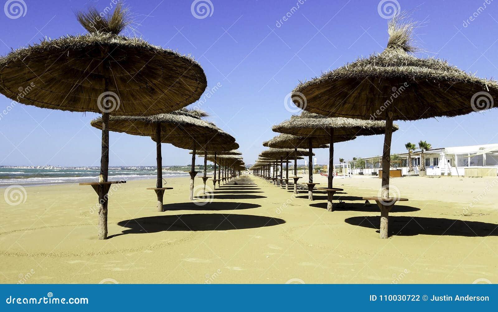 Paraplu s op een strand in Italië