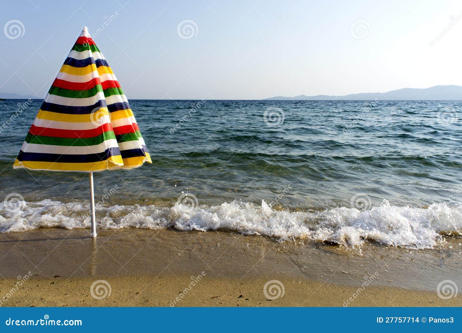 Parapluie coloré sur le bord de la mer