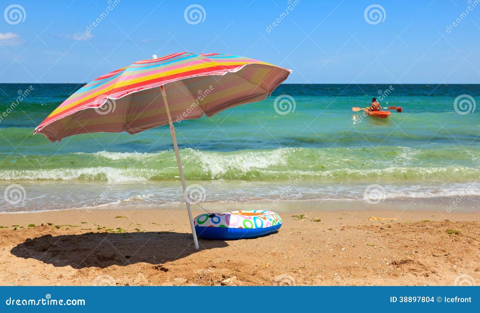 Parapluie de plage et bateau de jouet en mer photo stock image 38897804 - Bateau gonflable mer ...