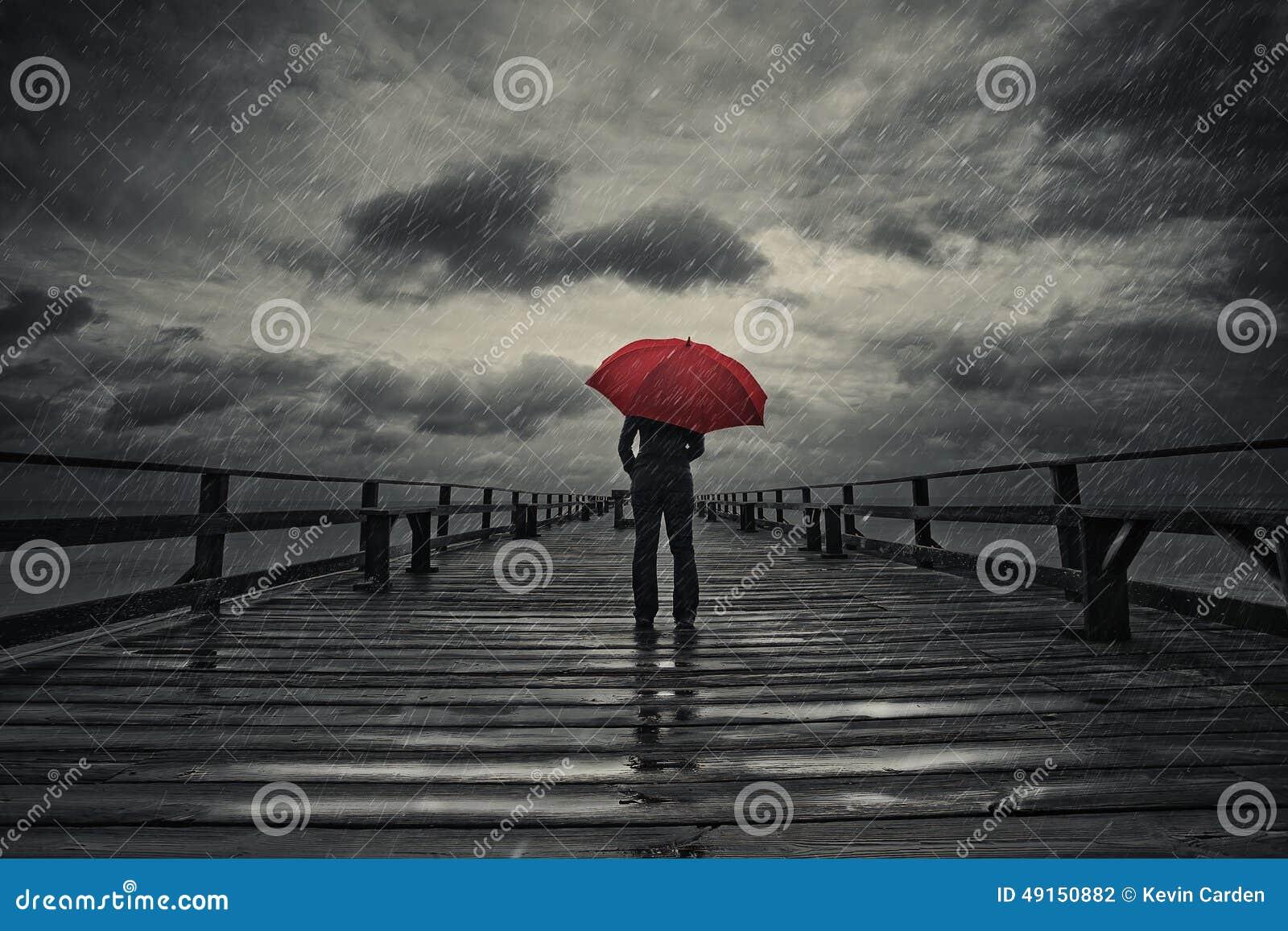 Parapluie rouge dans la tempête