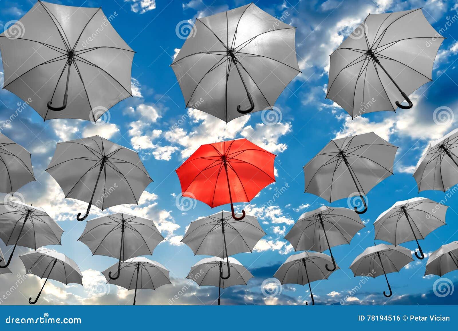 Parapluie se tenant de la dépression unique de santé mentale de concept de foule