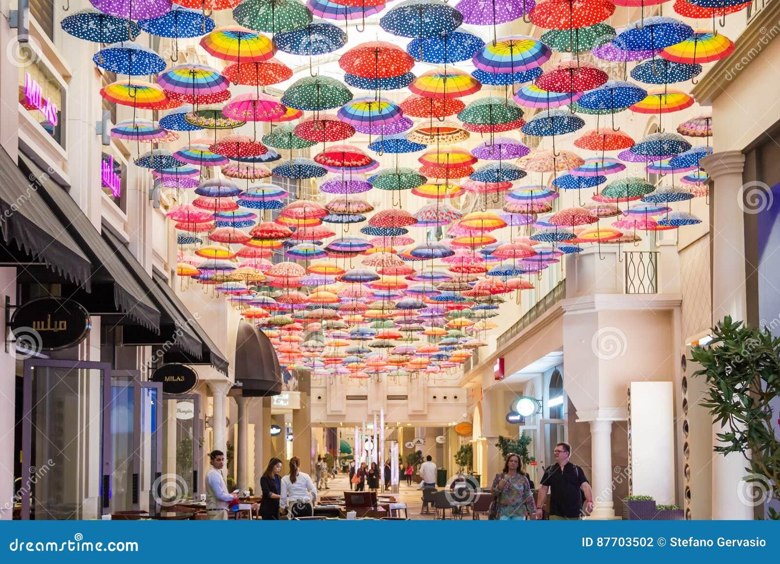 Parapluies colorés sur le plafond