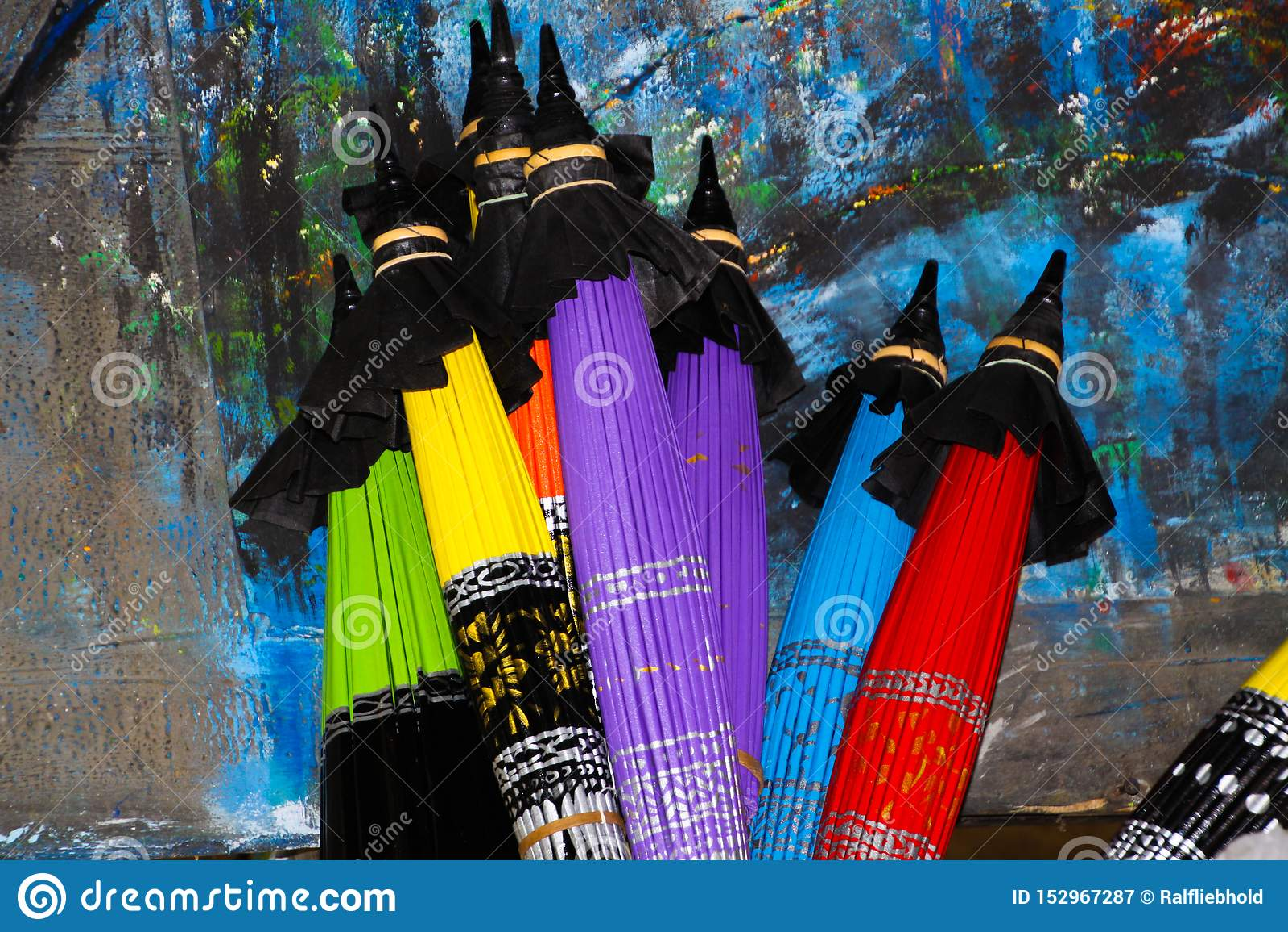 Parapluies de papier colorés pliés se penchant à un mur peint en Chiang Mai, Thaïlande
