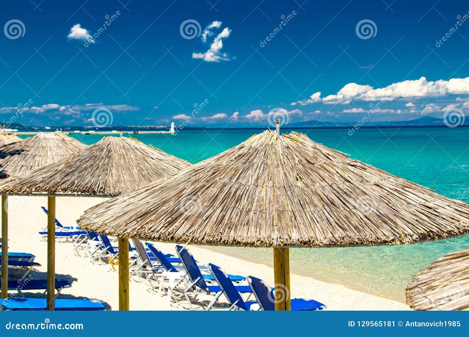 Parapluies jaunes sur la plage, l eau bleue de paradis, Halkidiki, Greec