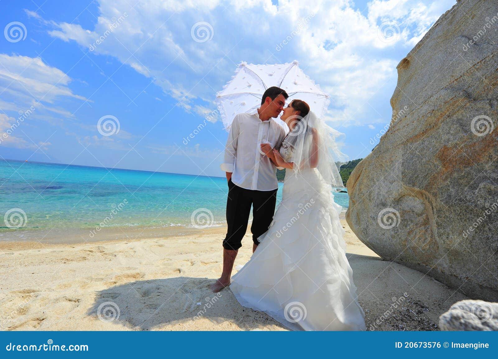 Paraply för nygift person för förälskelse för strandpar exotiskt