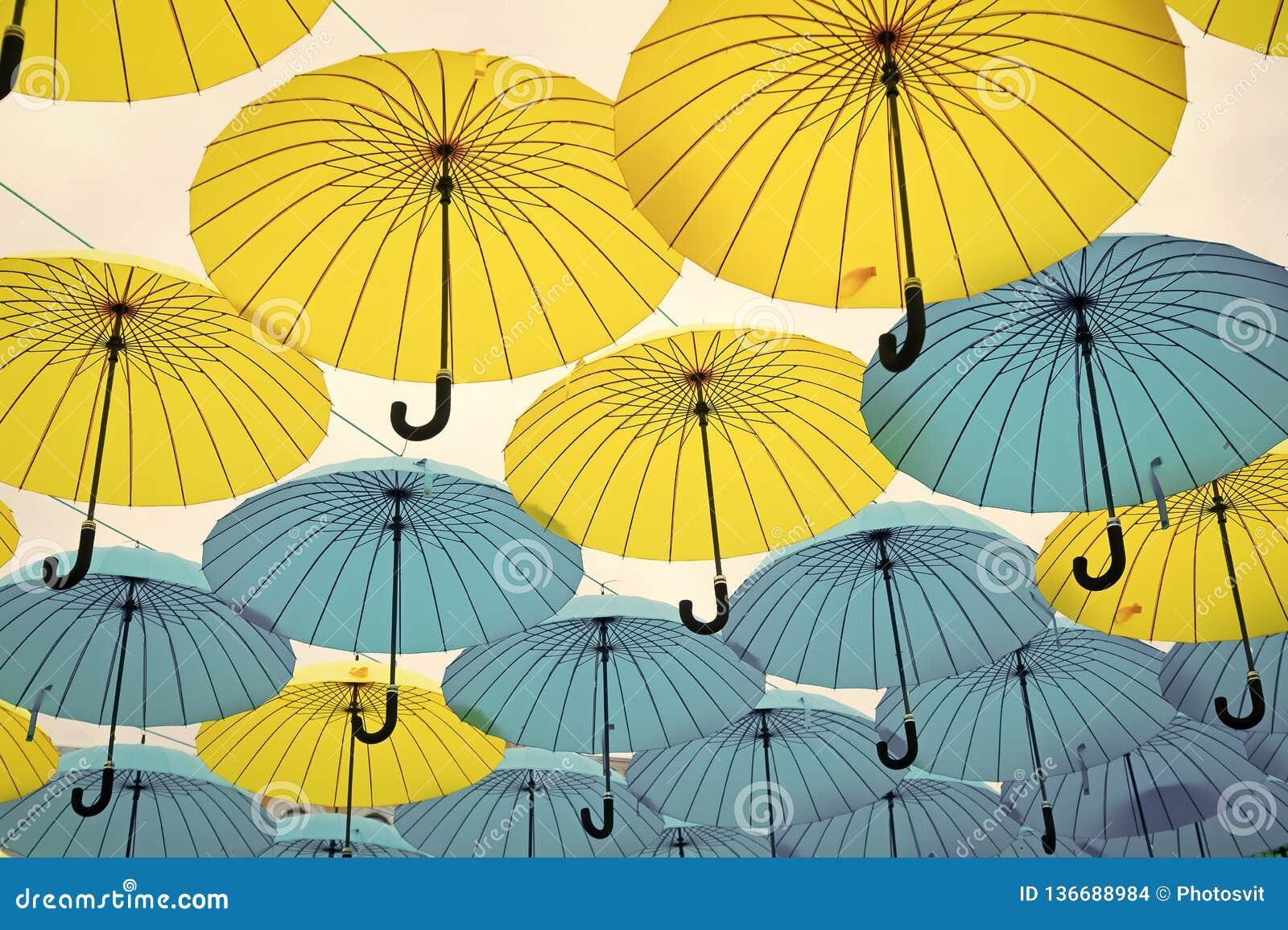 Paraplyflöte i himmel på solig dag Installation för paraplyhimmelprojekt Utomhus- konstdesign och dekor Ferie och