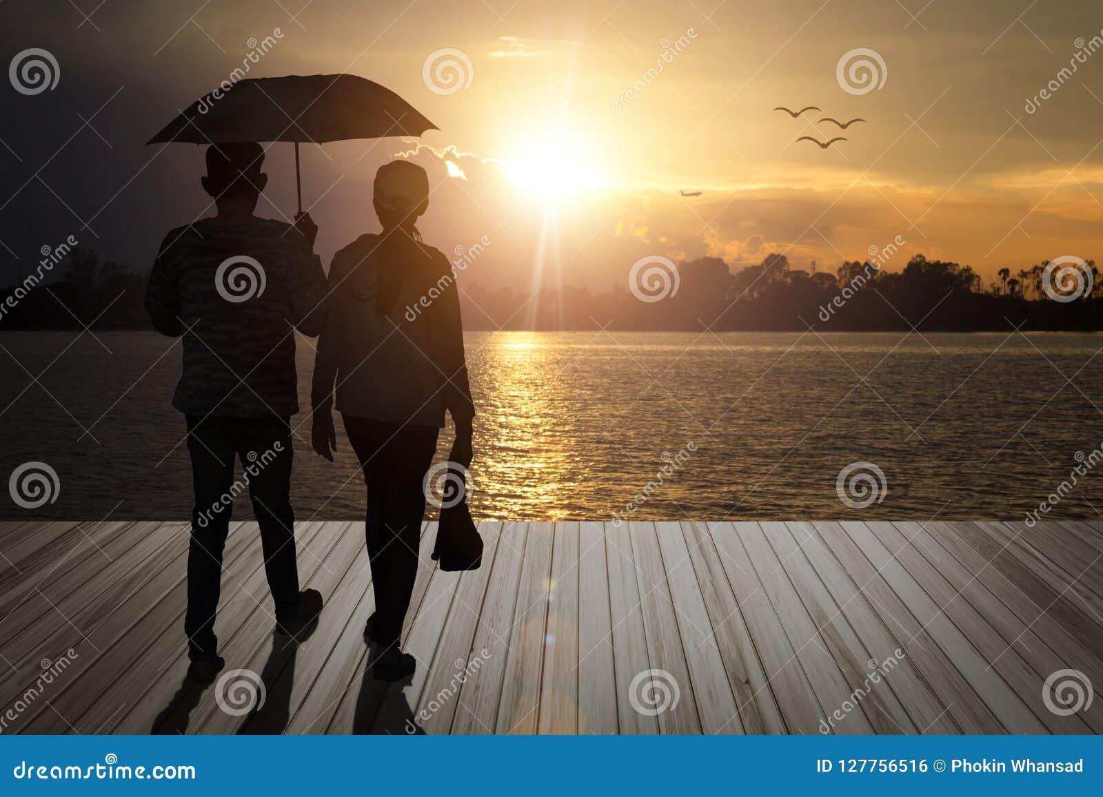 Paraplyparinnehavet ger vännen går på träbalkonger, loo