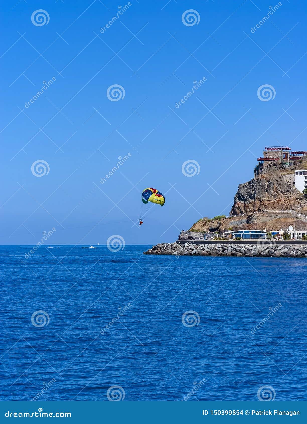 Parasailing em Gran canaria sobre o oceano