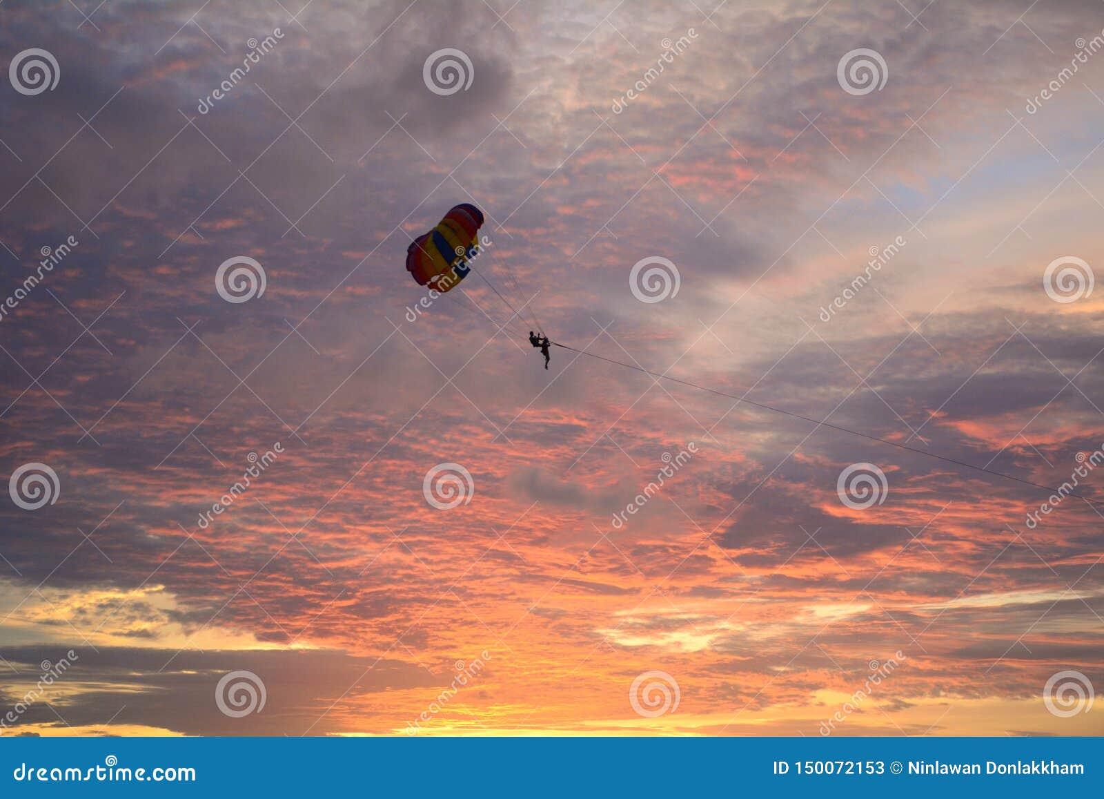 Parasailing på solnedgången i Phuket, Thailand