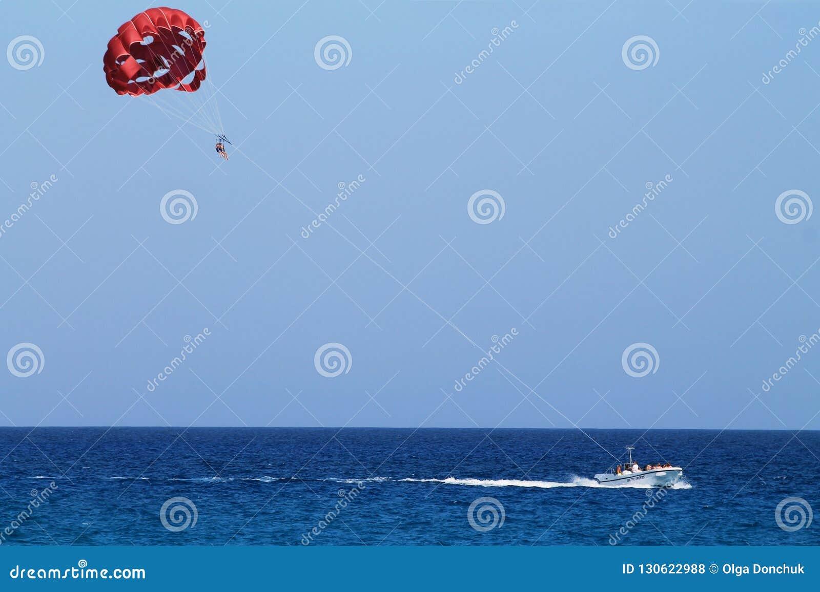 Parasailingsvlucht boven het overzees