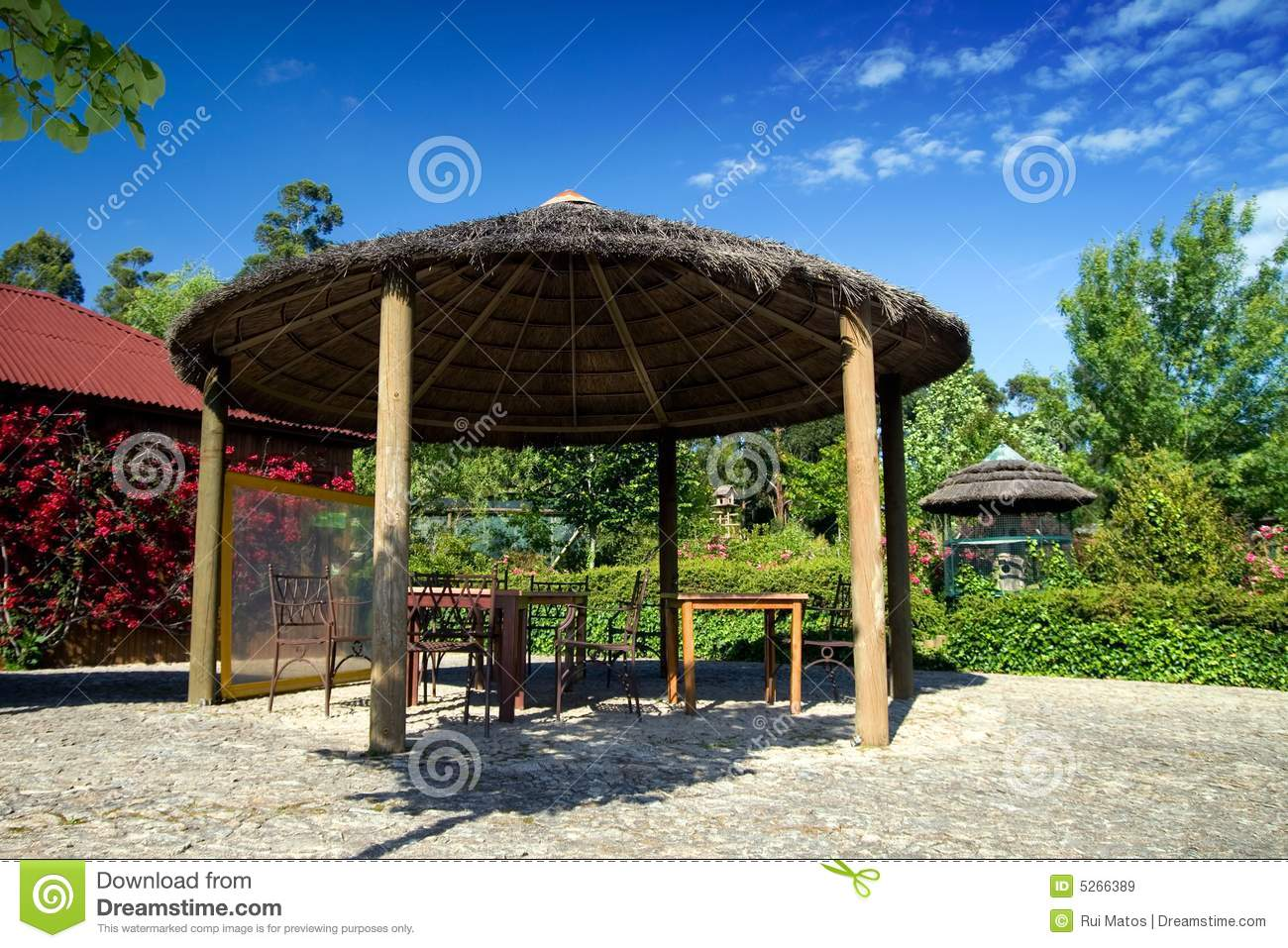 parasol en bois sur un jardin de ressource images libres de droits image 5266389. Black Bedroom Furniture Sets. Home Design Ideas