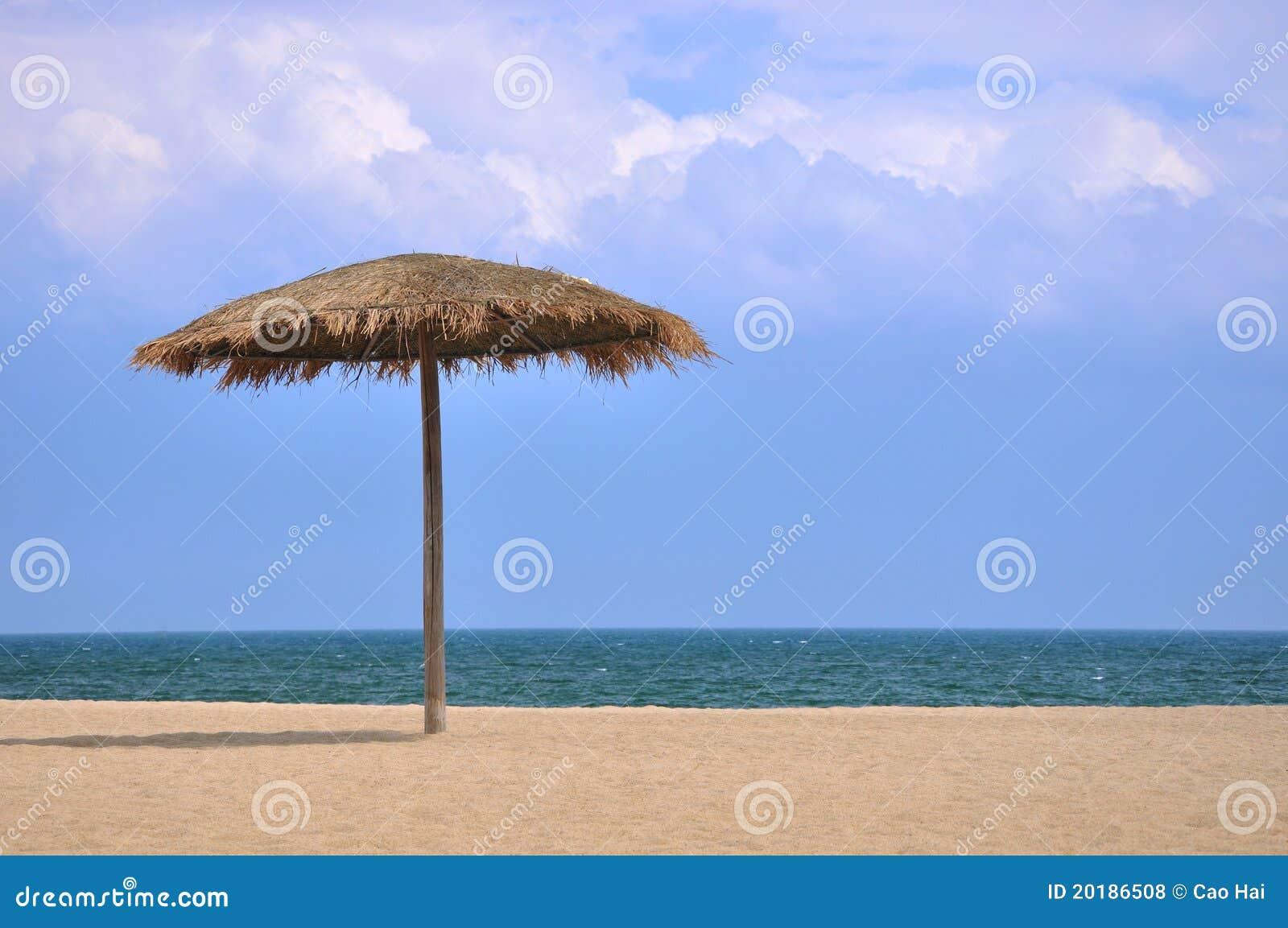 parasol sur la plage avec le ciel bleu et le nuage blanc photos libres de droits image 20186508. Black Bedroom Furniture Sets. Home Design Ideas