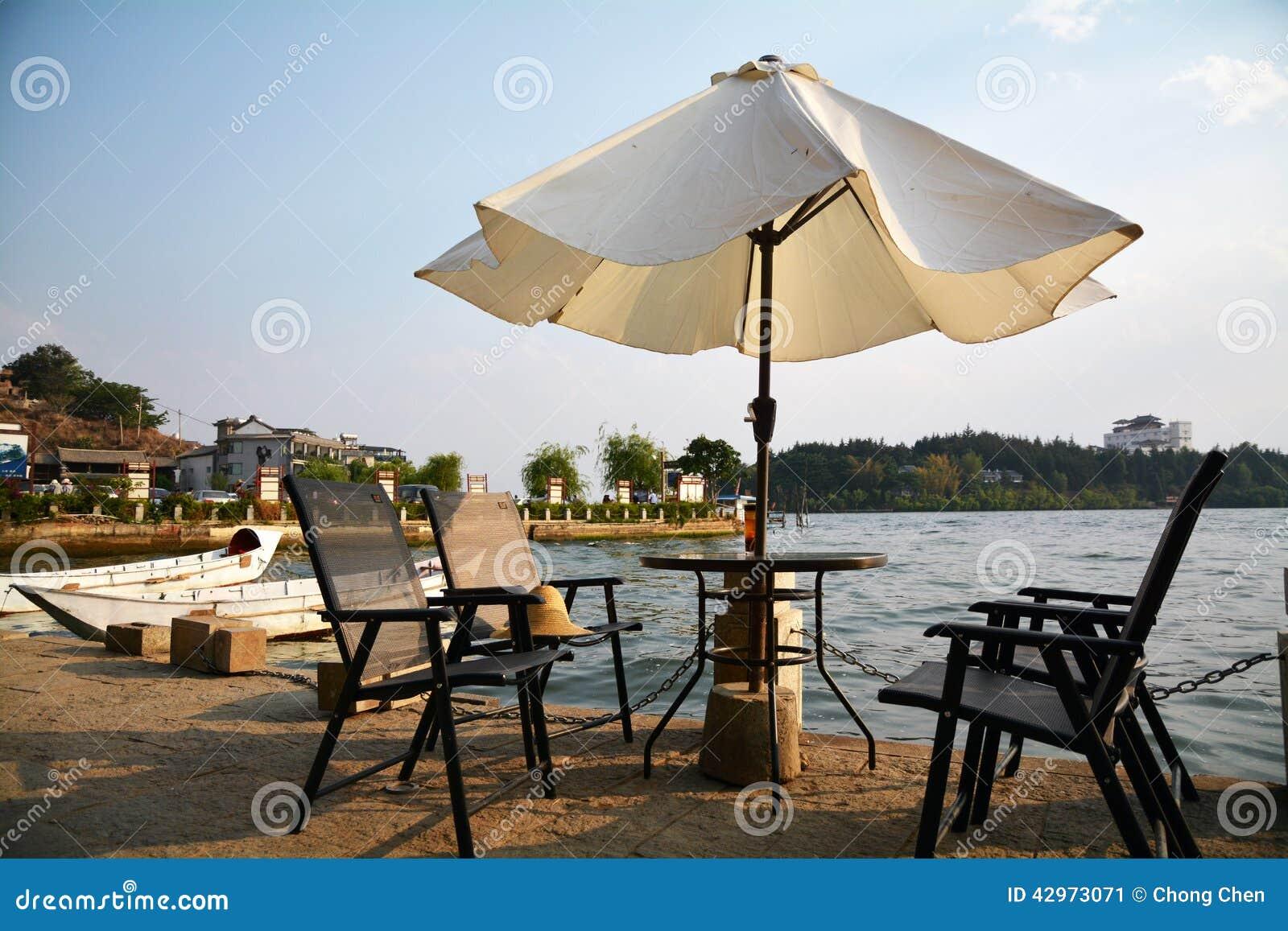 Parasole e sedie dal lago immagine stock immagine di lago for Sedie lago prezzi